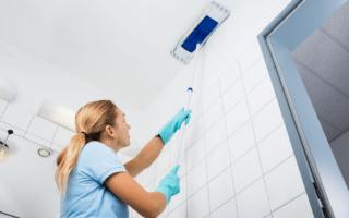 Как помыть натяжной потолок без разводов: инструкции и видео