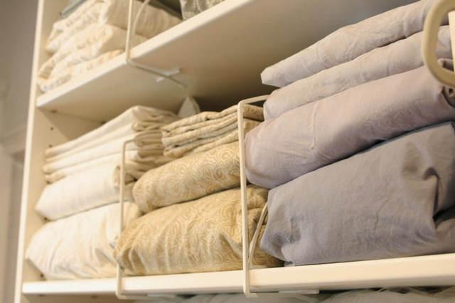 Как хранить постельное в гардеробной