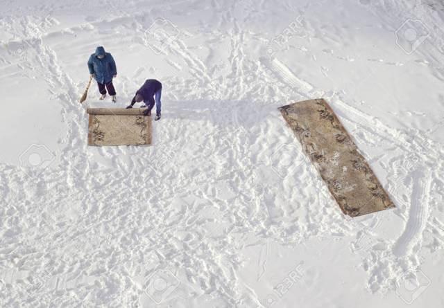 Как правильно почистить ковер снегом