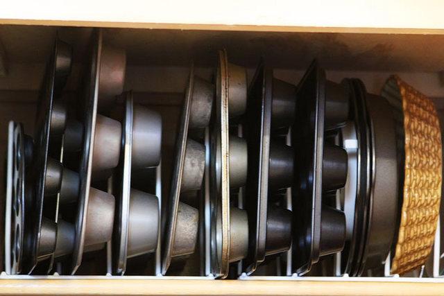 Идеи хранения сковородок в шкафу