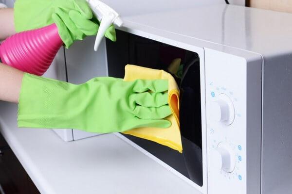 Отмыть микроволновку в домашних условиях
